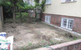 3b zaniedbany ogród na froncie willi